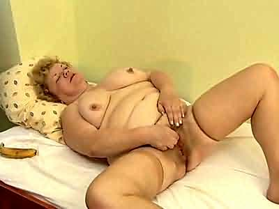Fat slut using banana for cunt